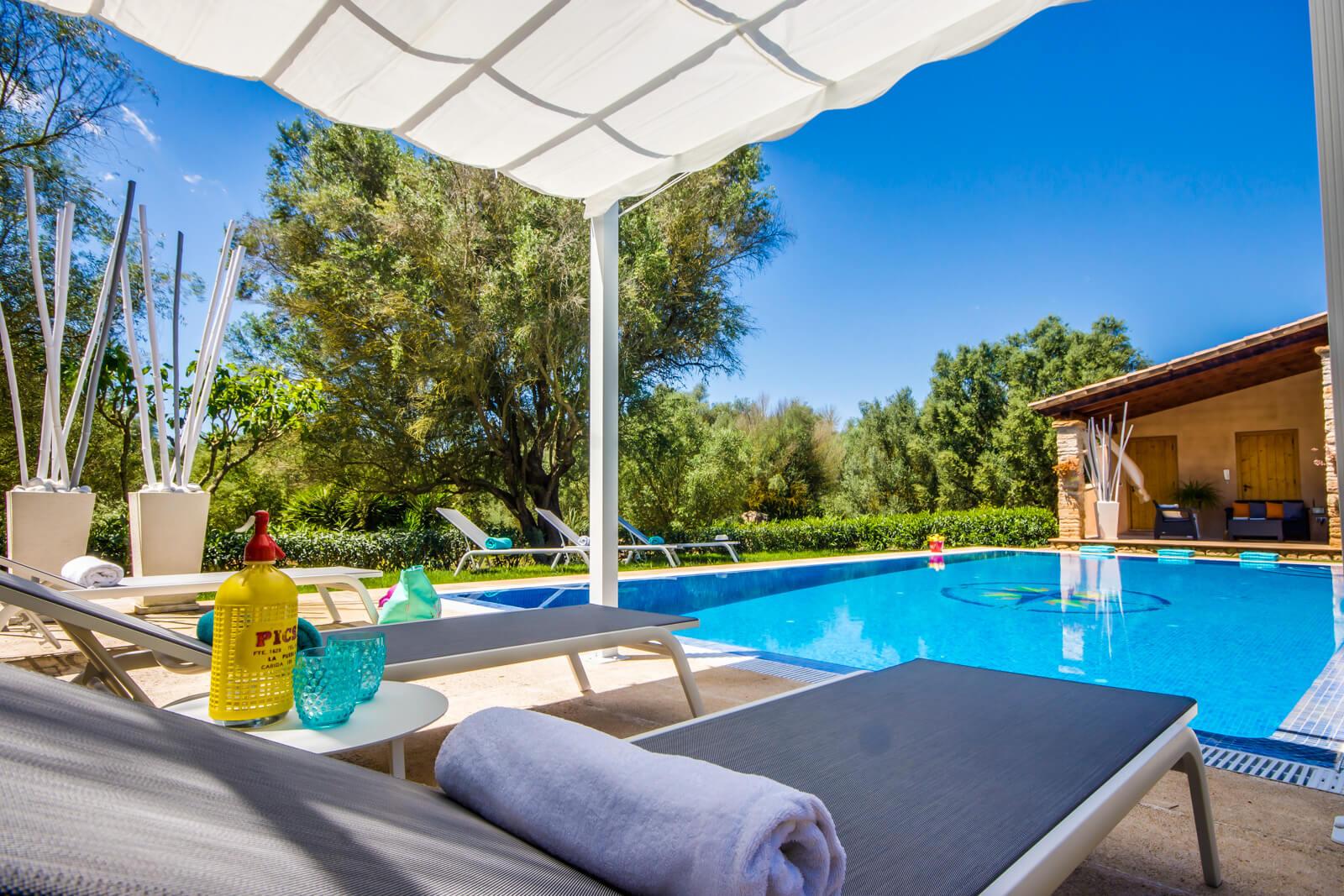 Finca Es Castellot - sonnengeschützte Liegen am Pool