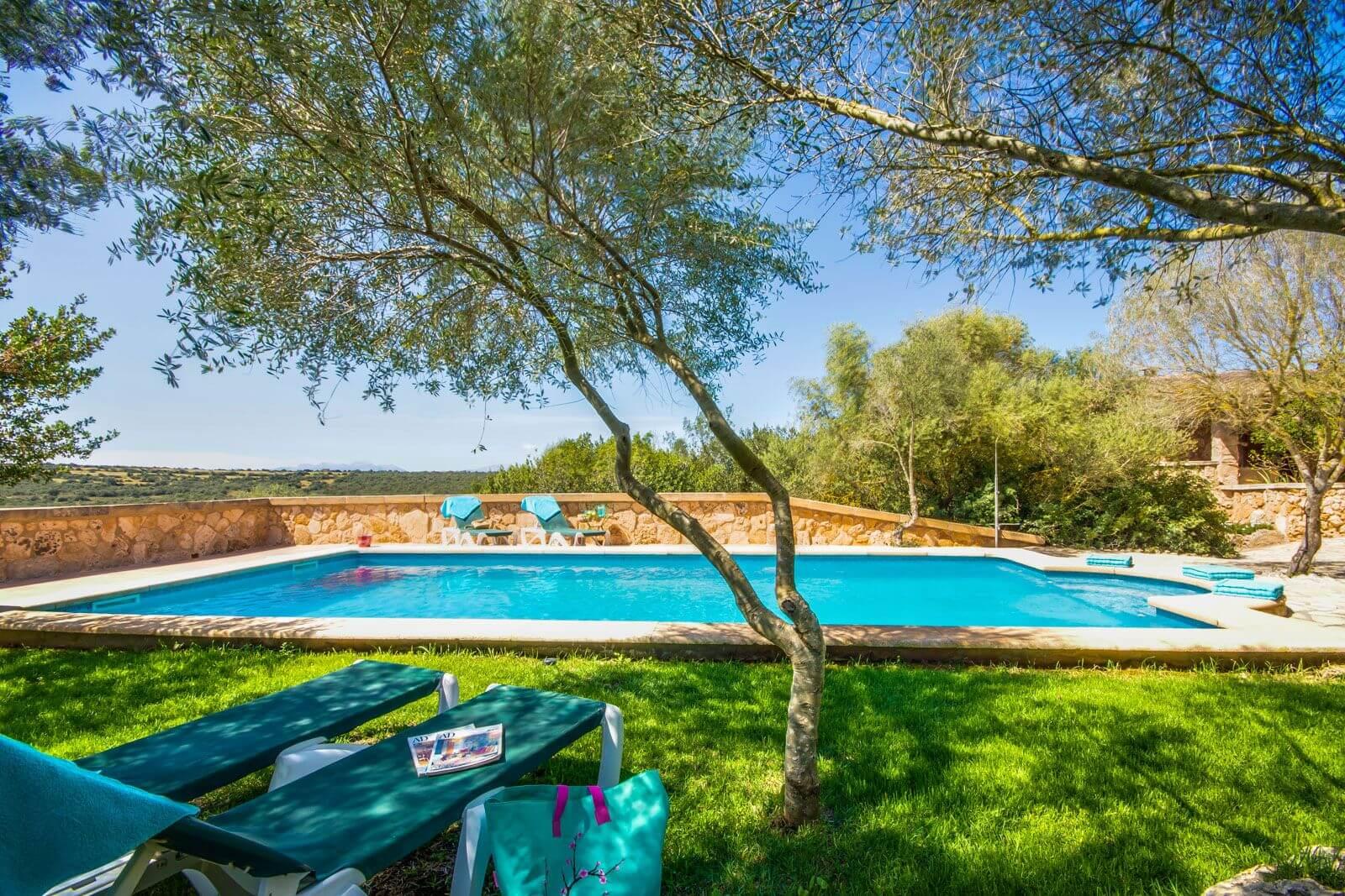 Finca Mallorca Melito - Blick auf Pool und Liegeflächen