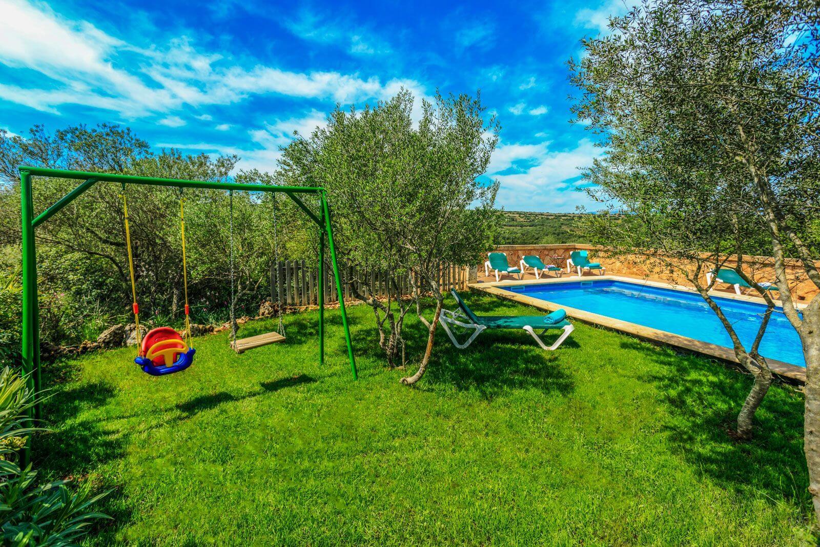 Finca Melito – Kinder Schaukel am Pool