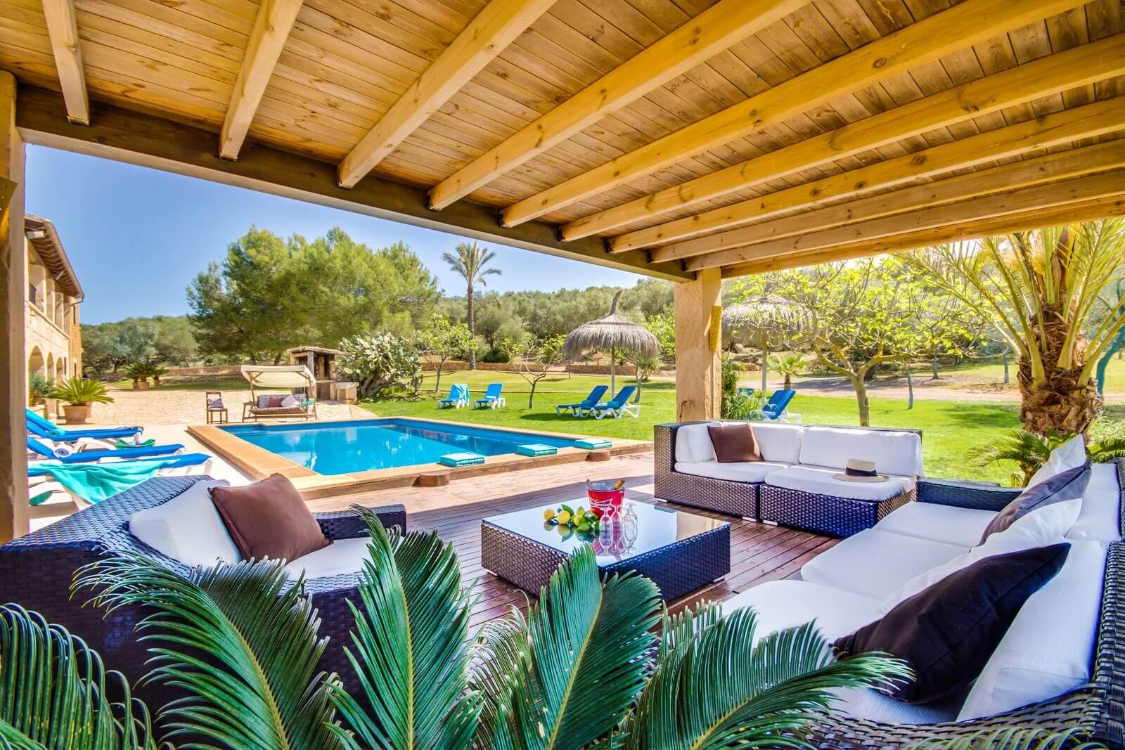 Finca Toni - überdachte Lounge am Pool