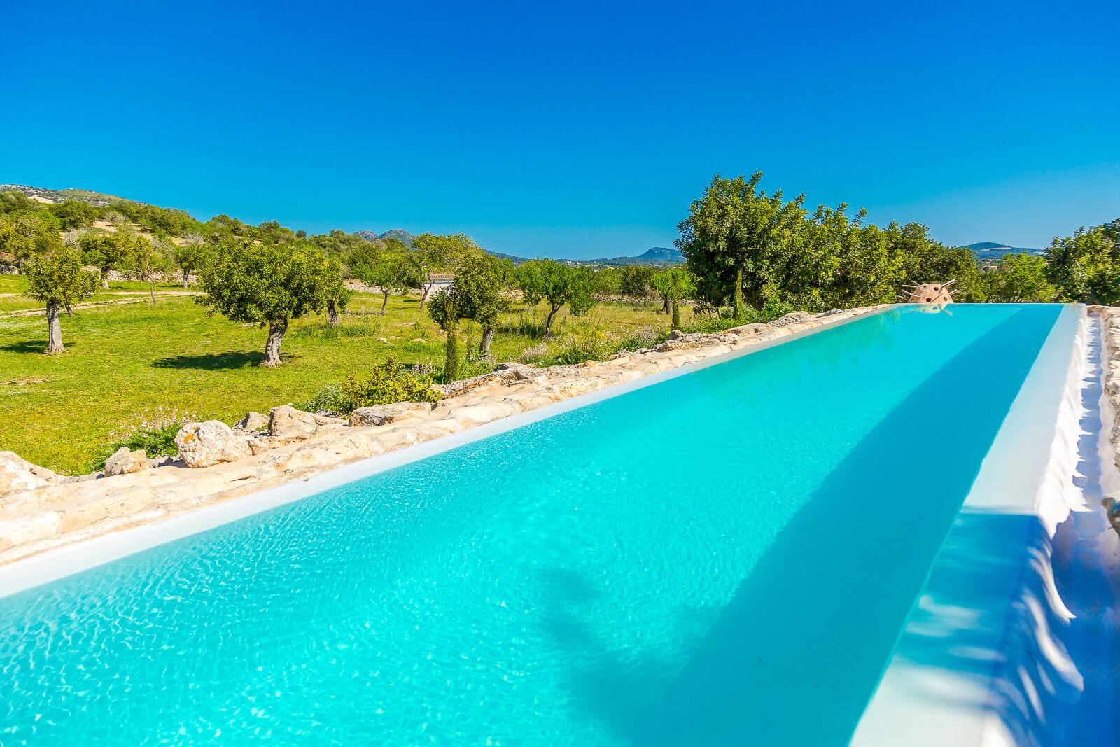 finca bonita moderne mallorca finca mit 27 meter infinity pool. Black Bedroom Furniture Sets. Home Design Ideas