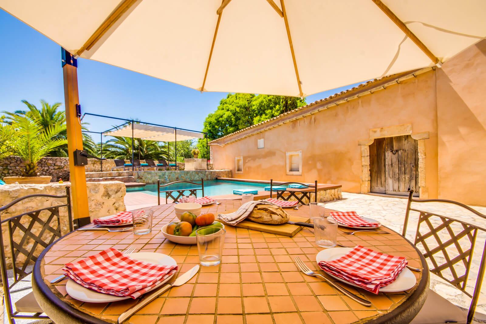 Finca Romantica Esstisch mit Blick auf den Pool