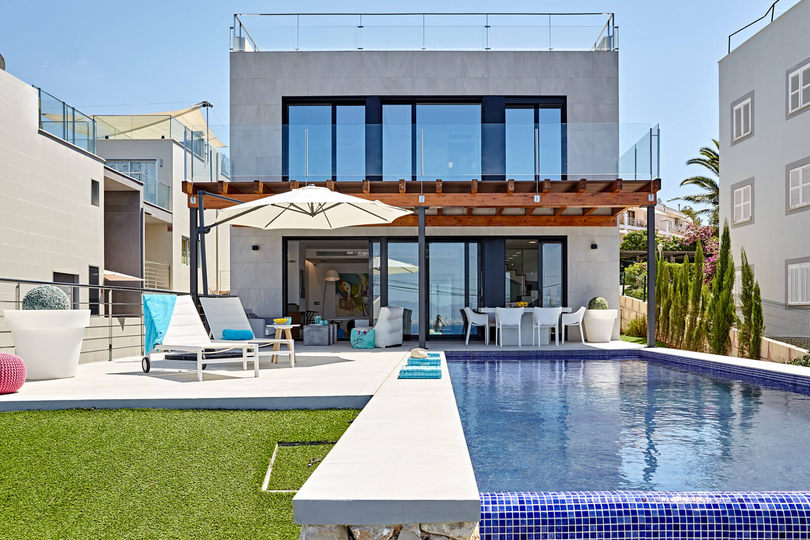 Villa Bahia Palma Pool mit Blick auf das Haus