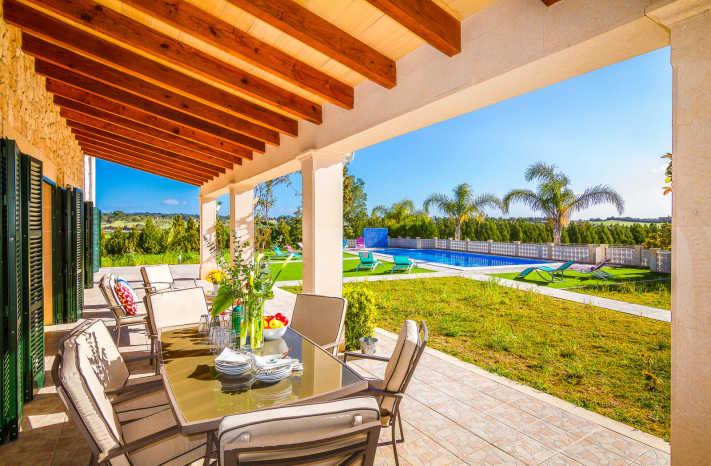 Finca Uva Terrasse mit Esstisch